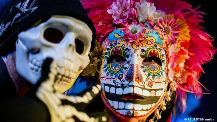 Ein Mensch mit Halloween-Maske