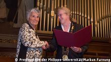 Uni-Präsidentin Prof. Dr. Katharina Krause (rechts) gratuliert der Grimm-Preisträgerin 2014, Prof. Dr. Ruth Klüger (Foto: Pressestelle der Philipps-Universität/Markus Farnung).