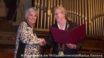 Ruth Klüger en la recogida del Premio Grimm.