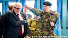 Bundesaußenminister Frank-Walter Steinmeier (SPD) besucht am 01.11.2014 Panmunjeom in der demilitarisierten Zone (DMZ) zwischen beiden Koreas und lässt sich vom schweizer Generalmajor Urs Gerber in die Lage einweisen. Foto: Maurizio Gambarini/dpa