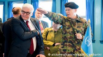 Bundesaußenminister Frank-Walter Steinmeier und Generalmajor Urs Gerber in Panmunjom - Foto: Maurizio Gambarini/dpa