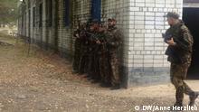 Freiwillige Kämpfer proben den Häuserkampf Bild: DW/Anne Herzlieb Wann wurde das Bild gemacht?: 30.09.2014 Wo wurde das Bild aufgenommen?: Kiew, Ukraine