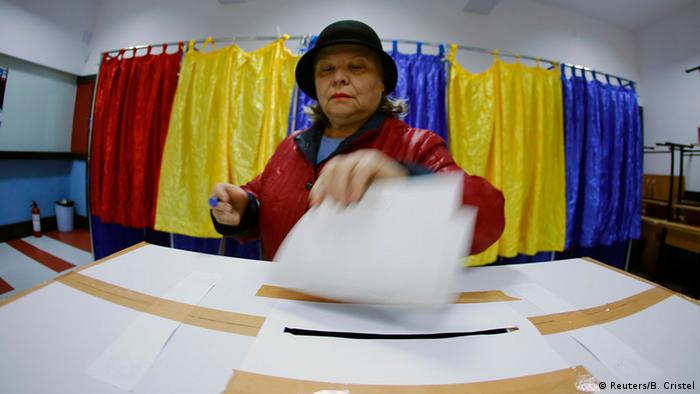 Voter casting ballot photo: REUTERS/Bogdan Cristel