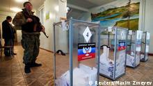 Ostukraine Wahlen Wahllokal Soldat 02.11.2014