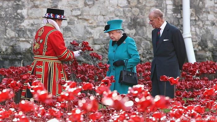 Queen Elizabeth and Prince Philip inspecting poppies (Getty Images/Chris Jackson/WPA Pool)