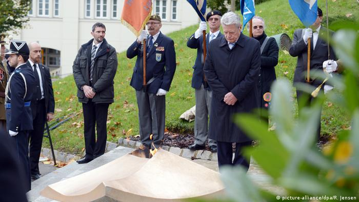 Gauck verneigt sich am Nationaldenkmal in Luxemburg (Foto: dpa)