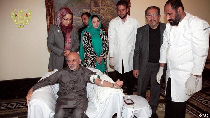 Präsident Ashraf Ghani spendet Blut am religiösen Feiertag Ashura 03.11.2014 Kabul