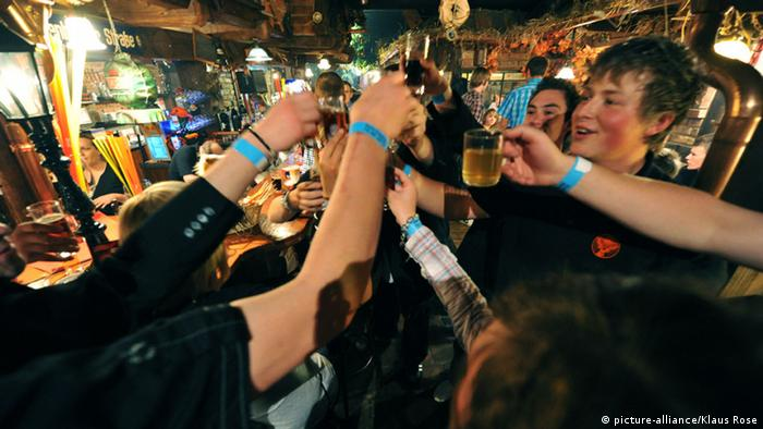 Jugendliche feiern mit Alkohol (Foto: picture alliance/Klaus Rose)
