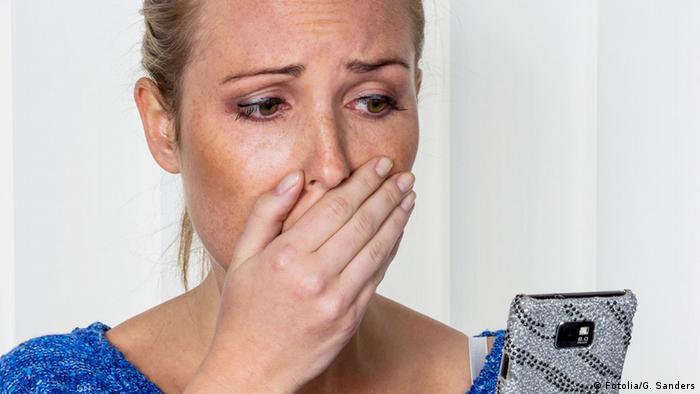 Frau ist uber SMS geschockt