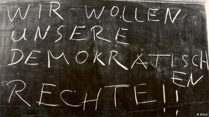 Protest, den die Stasi dokumentiert hat: Wir wollen unsere demokratischen Rechte!! steht mit weißer Kreide geschrieben auf einer Schultafel.