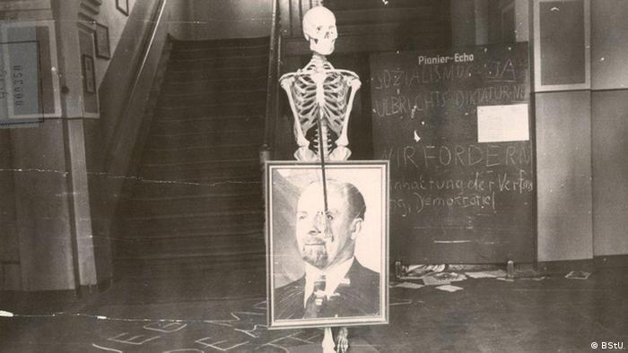 Ein Foto des DDR-Staats- und Parteichefs Walter Ulbricht ist einem Skelett umgehängt.
