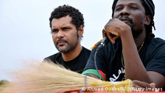 Sams'K le Jah (rechts) von der Bewegung Bürgerbesen (Foto: AHMED OUOBA/AFP/Getty)