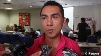 Jose Luis Abarca, Bürgermeister von Iguala vor Presse-Mikrofonen (Foto: Reuters)