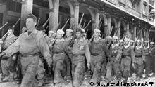 Eine Einheit der Harkas, von den Franzosen rekrutierte Muslime für den Kampf gegen die algerischen Rebellen, marschiert 1957 durch eine Straße in Algier. Ende 1954 brach in dem unter französischer Verwaltung stehenden Algerien unter Führung der Nationalen Befreiungsfront (FLN) ein Befreiungskrieg aus, der 1962 zur Unabhängigkeit des nordafrikanischen Landes führte. Foto: AFP +++(c) dpa - Report+++