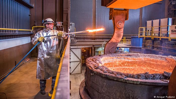 Ein Stahlkocher füllt bei der Salzgitter AG in Peine Stahl in eine Horizontale Bandgiessanlage ein (Foto: Ansgar Pudenz/ Deutscher Zukunftspreis)