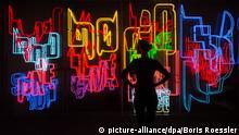 Riesige Leuchtbuchstaben bestimmen die Installation Neon-Text 1-4 vom Kriwet am 05.11.2014 in der Ausstellung German Pop in der Kunsthalle Schirn in Frankfurt am Main. Die Ausstellung ist bis zum 08.02.2015 geöffnet und umfasst einen Überblick über die deutsche Pop Art der 1960er Jahre. Foto: Boris Roessler/dpa