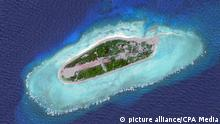 The Spratly Islands are a group of more than 750 reefs, iislets, atolls, cays and islands in the South China Sea. The archipelago lies off the coasts of the Philippines and Malaysia (Sabah), about one third of the way to southern Vietnam. They comprise less than four square kilometers of land area spread over more than 425,000 square kilometers of sea. The Spratlys are one of three archipelagos of the South China Sea which comprise more than 30,000 islands and reefs and which complicate governance and economics in that region of Southeast Asia. Such small and remote islands have little economic value in themselves, but are important in establishing international boundaries. There are no native islanders but there are rich fishing grounds and initial surveys indicate the islands may contain significant reserves of oil and natural gas. About 45 islands are occupied by relatively small numbers of military forces from Vietnam, the People's Republic of China, the Republic of China (Taiwan), Malaysia and the Philippines. Brunei has also claimed an Exclusive Economic Zone (EEZ) in the southeastern part of the Spratlys encompassing just one area of small islands above mean high water (on Louisa Reef.) Keine Weitergabe an Drittverwerter.