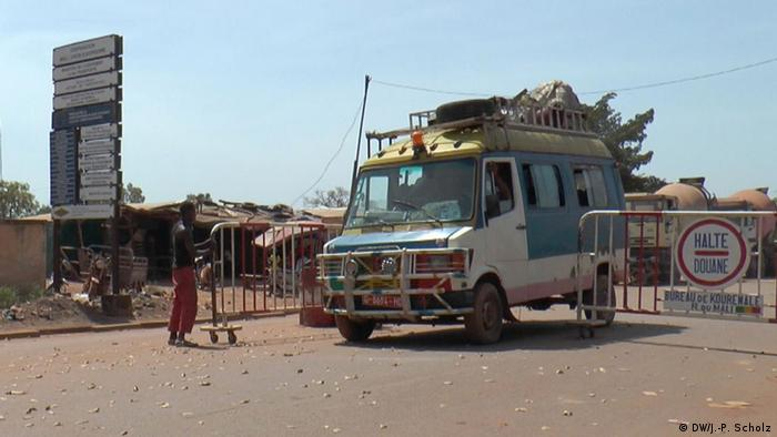 Border control between Guinea and Mali (DW/J.-P. Scholz)