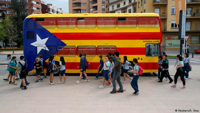 A bus painted as the Catalan flag. (Photo: REUTERS/Albert Gea)