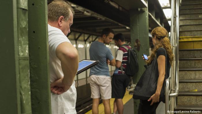 New Yorker U-Bahn, Leute schauen auf Tablets und Smartphones (Foto: imago/Levine-Roberts)