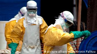Photo: Doctors dressed in protective garments to deal with ebola in Guinea (Photo: picture-alliance/dpa/Kristin Palitza)
