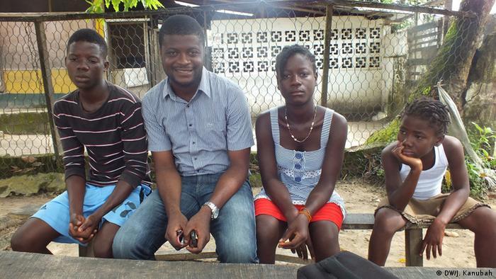 Amos Sawboh mit Ebola-Waisenkindern