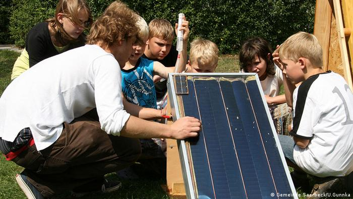 A group of children looking at a solar panel. (Photo: Gemeinde Saerbeck/U.Gunnka)