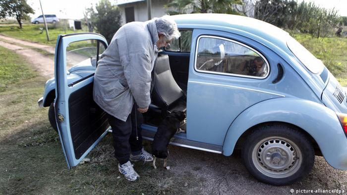 Uruguays Präsident Jose Mujica and his VW Bug