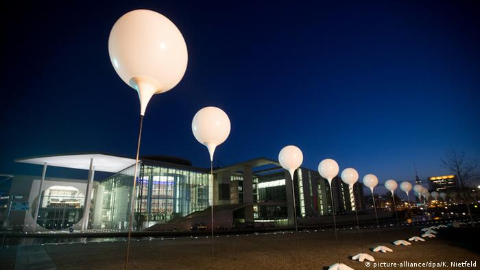 Протягом трьох днів Берлін символічно ділила інсталяція з восьми тисяч білих сяючих повітряних кульок, встановлена там, де колись проходив мур - від Борнгольмської вулиці через вулицю Бернау, повз Рейхстаг, Бранденбурзькі ворота й КПП Checkpoint Charlie аж до вцілілого шматка муру, відомого як East Side Gallery.