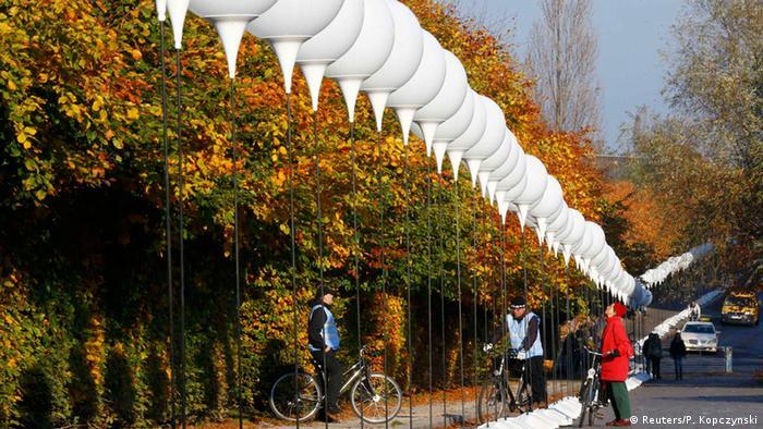 La Tecnología Al Servicio Del Beso: Berlín Se Inunda De Luz Recordando La Caída Del Muro