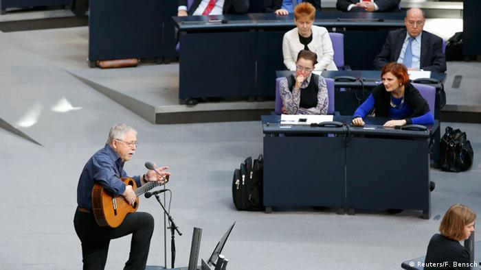 Wolf Biermann performing at the German Bundestag on November 7, 2014 (Reuters/F. Bensch)