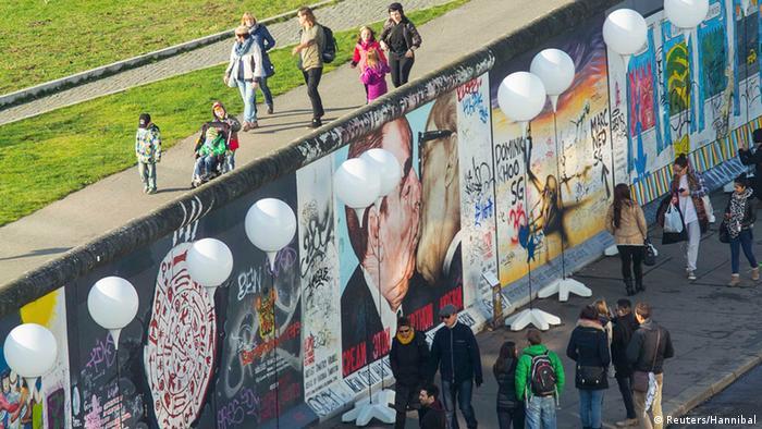 East Side Gallery, популярний серед туристів уцілілий шматок Берлінського муру, прикрашений сотнями малюнків. Святкові повітряні кульки-ліхтарики не залишили у тіні й відомий на весь світ поцілунок Леоніда Брежнєва та Ериха Гонекера.