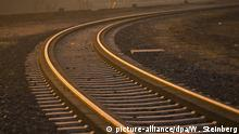 Schienen glänzen im Licht der untergehenden Sonne, aufgenommen in Frankfurt am Main am 24.02.2008. Die Schienenstrecke mit nur einem Gleis führt zu einer Hafenanlage im Frankfurter Osten. Foto: Wolfram Steinberg +++(c) dpa - Report+++