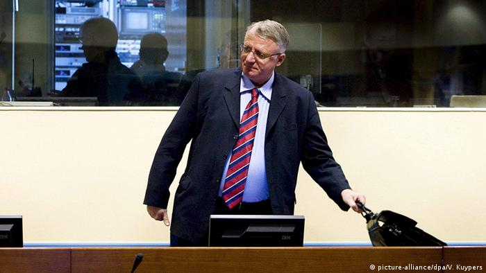 Serbian politician Vojislav Seselj (R) appears at the Yugoslavia tribunal in The Hague, Netherlands, on 06 March 2009