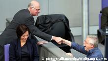 Bundestagspräsident Norbert Lammer (CDU, l) dankt dem Liedermacher Wolf Biermann am 07.11.2014 während einer Gedenkveranstaltung zum 25. Jahrestag des Mauerfalls im Deutschen Bundestag in Berlin für sein Lied. Foto: Wolfgang Kumm/dpa +++(c) dpa - Bildfunk+++