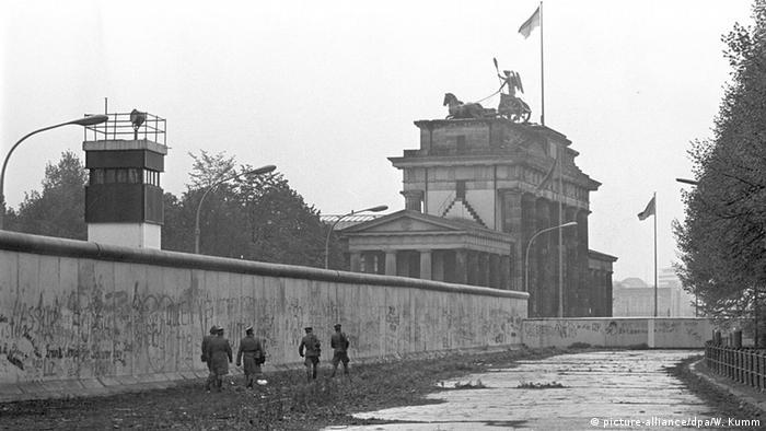 Так выглядела Берлинская стена у Бранденбургских ворое