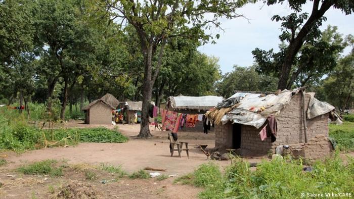 Mud huts in Dosseye camp