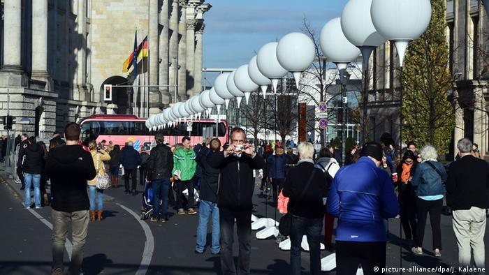 Символическая стена из воздушных шаров, установленная на месте Берлинской стены