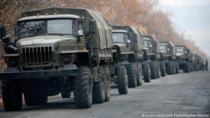 Колонна военных машин без номерных знаков под Донецком