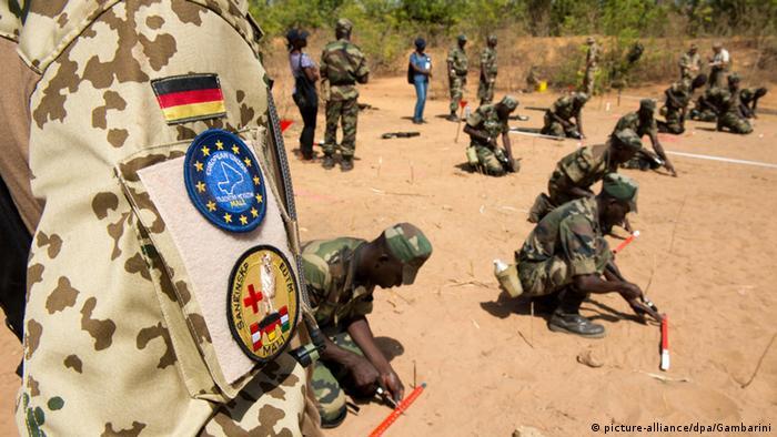 Soldados alemães numa formação de militares malianos, em Koulikoro (2013)