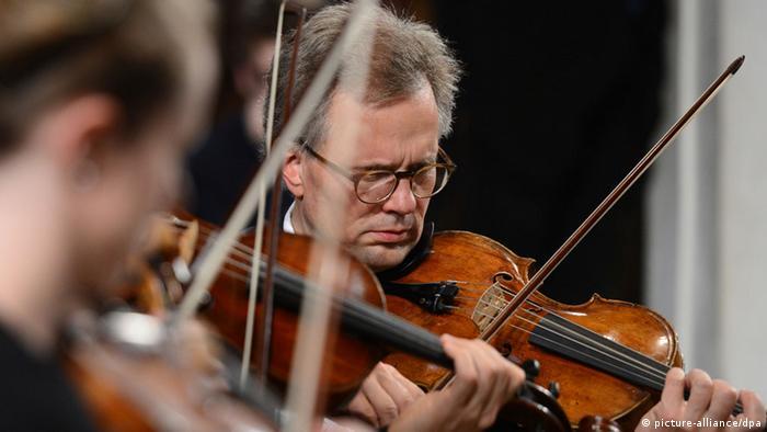 Geiger eines Orchesters während eines Konzerts