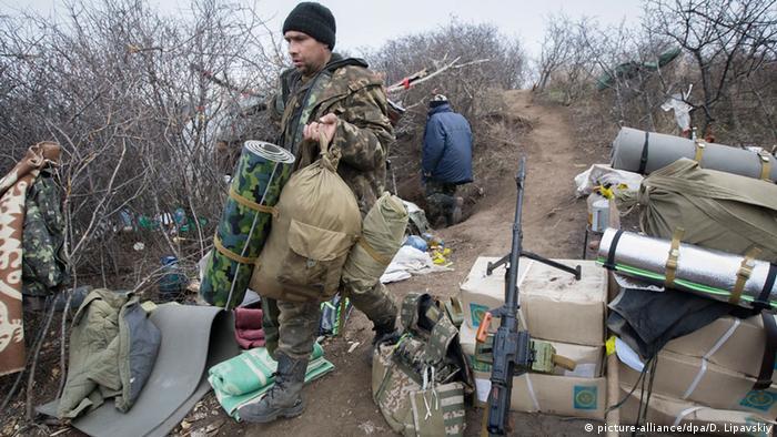 Ukrainian servicemen take up positions near Luhansk, Ukraine, 08 November 2014.