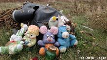 Kinderstofftiere Flugzeugtrümmer von MH17 in Ostukraine Schlagwörte: Malaysian Airlines Flug 17, MH17, Absturz, Ostukraine, Rebellen, Poroschenko, Putin Fotografin: Kitty Logan / DW Rechte: DW OL/Sozialmedien Nutzung