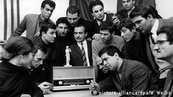 Έλληνες ακούνε τα νέα από την πατρίδα στην Ελληνική Κοινότητα Ανοβέρου, Δεκέμβριος 1967