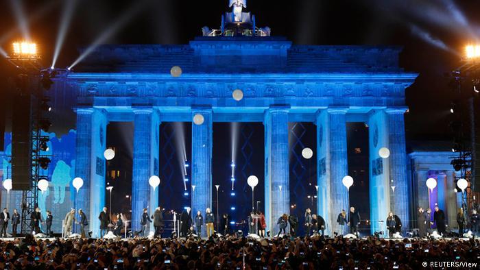Одночасний злет у повітря рівно о 19-й годині 9 листопада восьми тисяч кульок з гелієм став кульмінацією ювілейних урочистостей у Берліні.