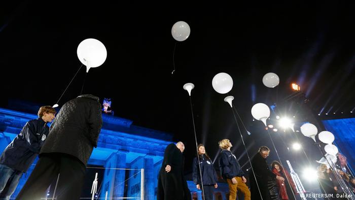Організатори акції закликали берлінців долучитися до проекту. Для кожної кульки-ліхтарика шукали одного опікуна або опікунку. Вони відчепили свої кульки ввечері 9 листопада й відпустили в нічне небо.
