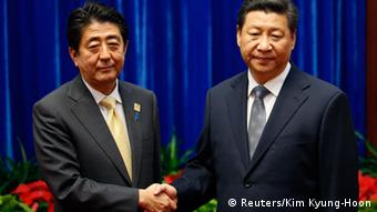China's President Xi Jinping (R) shakes hands with Japan's Prime Minister Shinzo Abe during their meeting at the Great Hall of the People, on the sidelines of the Asia Pacific Economic Cooperation (APEC) meetings, in Beijing November 10, 2014 (Poto: REUTERS/Kim Kyung-Hoon)