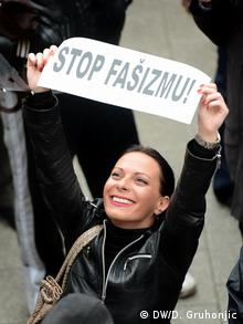 Ana Lalic Demos gegen Faschismus in Novi Sad Serbien