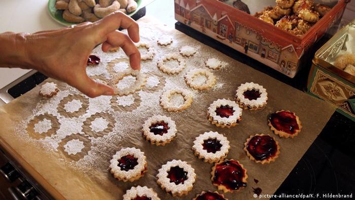 Biscoitos redondos recheados com geleia