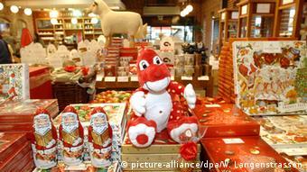 In einem Laden mit lauter Marzipanprodukten sitzt mittendrin der Dino Manedelino